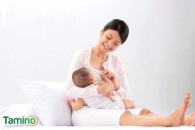 Tháng đầu đời nên cho trẻ bú sữa mẹ hoàn toàn để tăng cường sức đề kháng cho trẻ