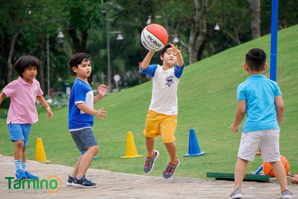 Cho trẻ vận động đầy đủ